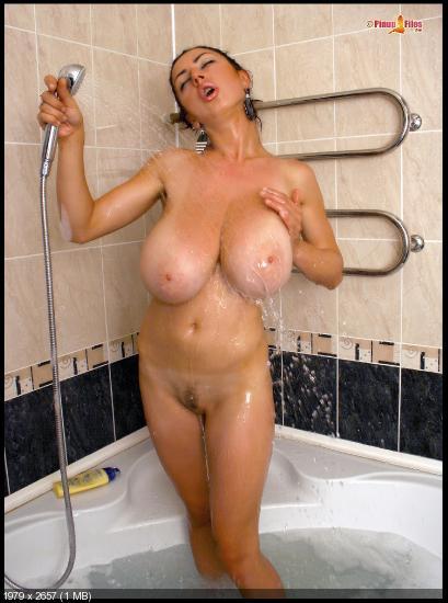 Груудью ванной в сбольшой мамаши