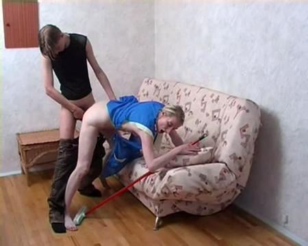 Молодой парень трахнул худенькую уборщицу