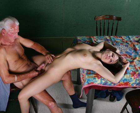 Молодая девушка и старичок
