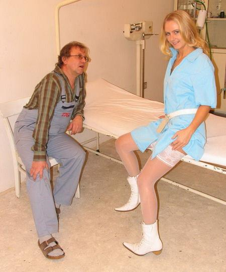 Уборщик решил поприставать к молодой медсестричке